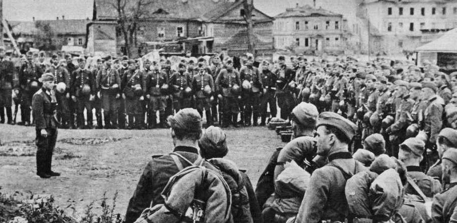 Neben SS und Wehrmacht wurden auch Polizeiangehörige zur Bewachung der Deportationszüge eingesetzt; das Foto zeigt ein Polizeibataillon im Osten