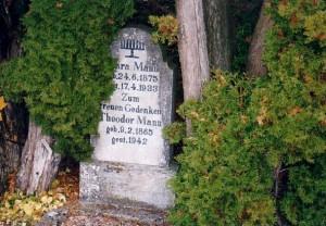 Einzelgrab mit einem Stein, der die Zerstörung überstanden hat