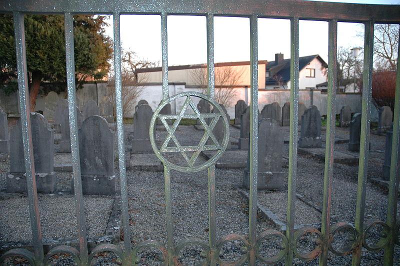 Blick in den steril anmutenden Friedhof