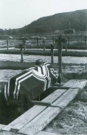 Zuerst stolz über der Flagge (siehe Bild oben), dann tot unter der Reichskriegsflagge