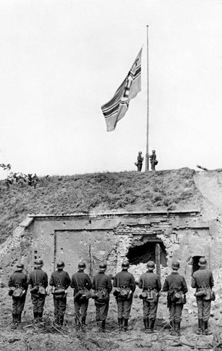 Hissen der Reichskriegsflagge 1939 auf der Westerplatte nach dem Überfall auf Polen; Foto: Bundesarchiv