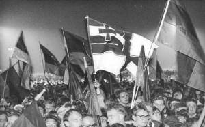 Eine falsche Reichskriegsflagge bei der Wiedervereinigungsfeier 1990