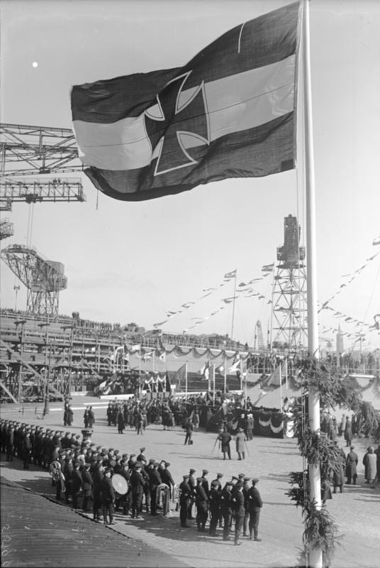 1928 Stapellauf von Zerstörern in Wilhelmshaven mit gehisster Reichskriegsflagge der Weimarer Republik