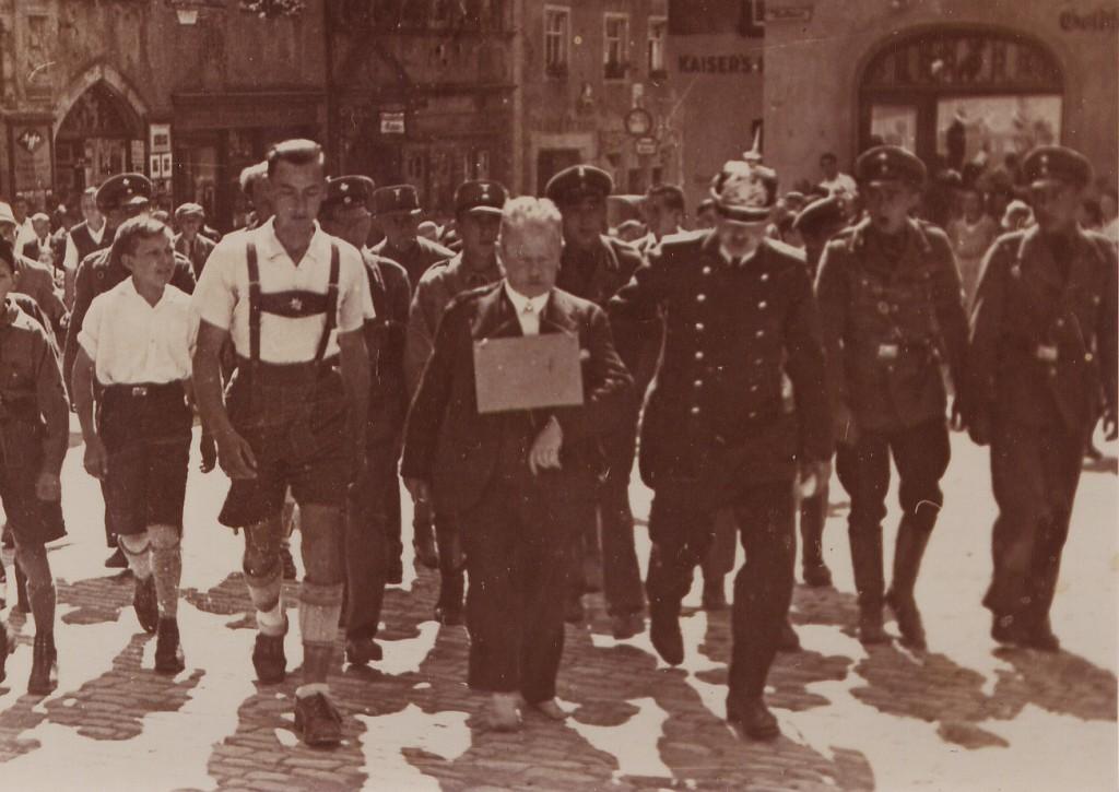Der jüdische Kaufmann Westheimer wird von der Polizei , SA und Hitlerjungs am 6. August 1933 durch die Gassen geführt und dabei getreten
