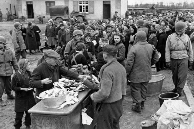 Amerikanische Soldaten verteilen Lebensmittel (Foto: nicht Rothenburg)