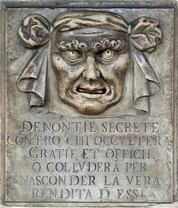 """Venedig: durch """"Löwenmäuler"""" (Bocca di Leone), wie hier am Dogenpalast, konnten Denunzianten ihre geheimen Anzeigen einwerfen. Der italienische Text lautet übersetzt: """"Geheime Denunziationen gegen diejenigen, die Gefallen und Pflichten verheimlichen oder sich im Geheimen absprechen, um deren wahren Gewinn zu verbergen."""""""