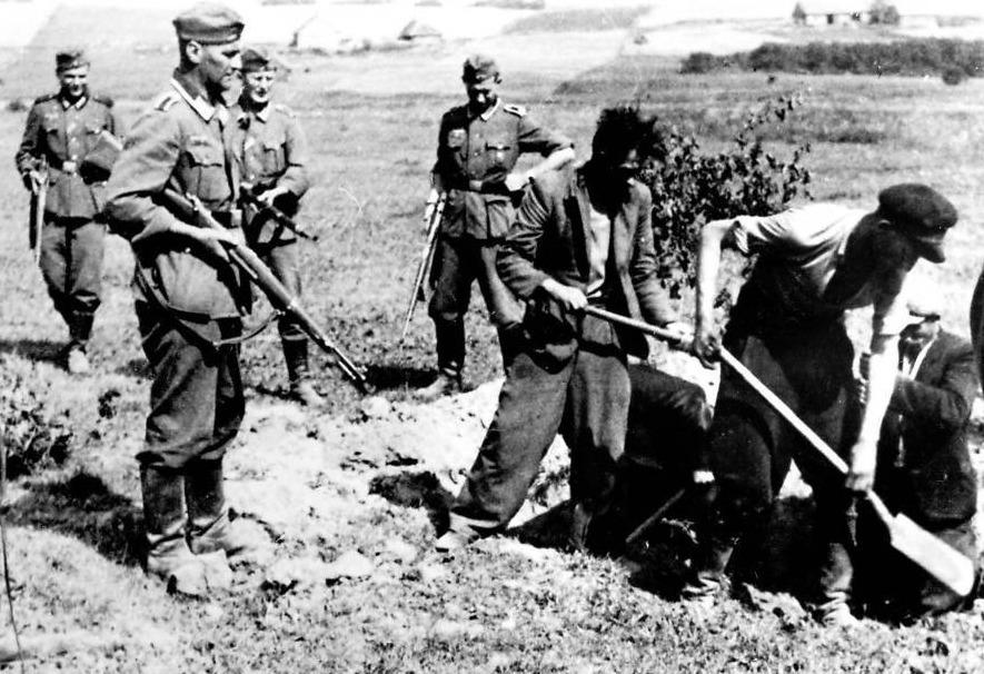 Gefangene müssen ihr Grab ausheben, bevor die Polizei sie erschießt, 1942