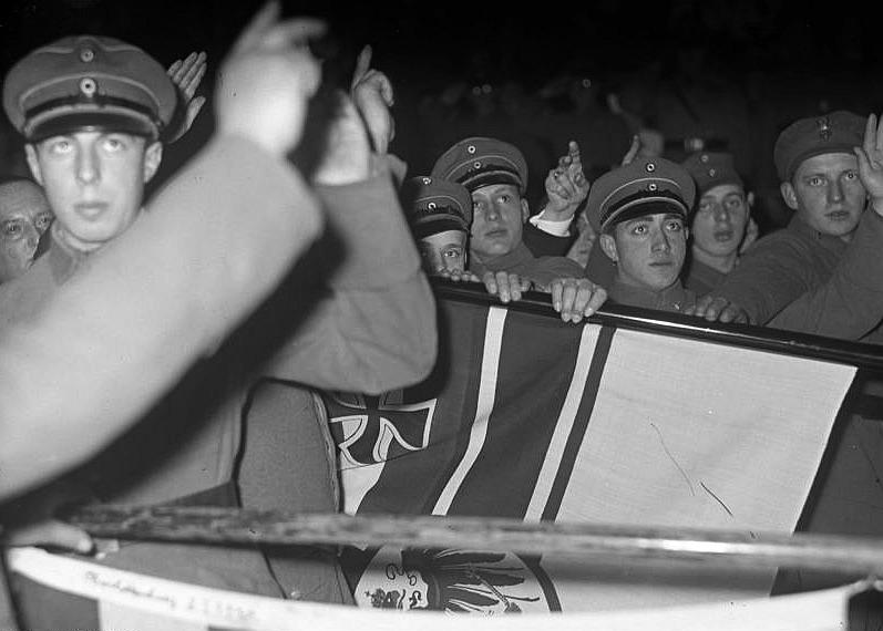 Vereidigung von Mitgliedern des Stahlhelm auf die alte Flagge