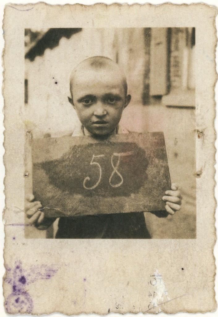 Auch Kinder waren als als Zwangsarbeiter beschäftigt. Dieser 7-jährige Junge in der Landwirtschaft. Zwangsarb