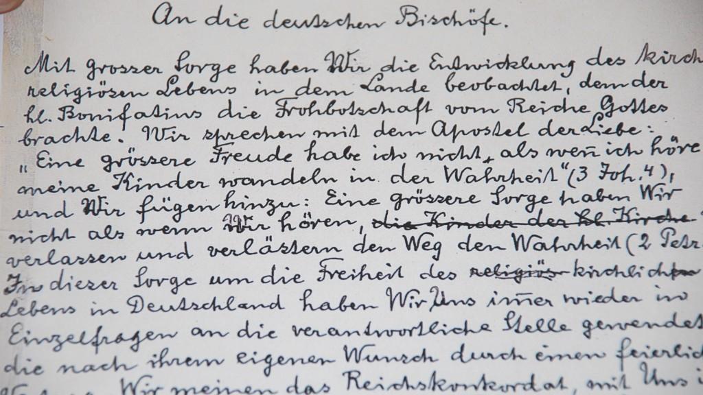 """""""Mit großer Sorge"""": Kopie des handschriftlichen Entwurfs der Enzyklika von Kardinal Faulhaber. Das Original befindet sich im Archiv des vatikanischen Staatssekretariats"""