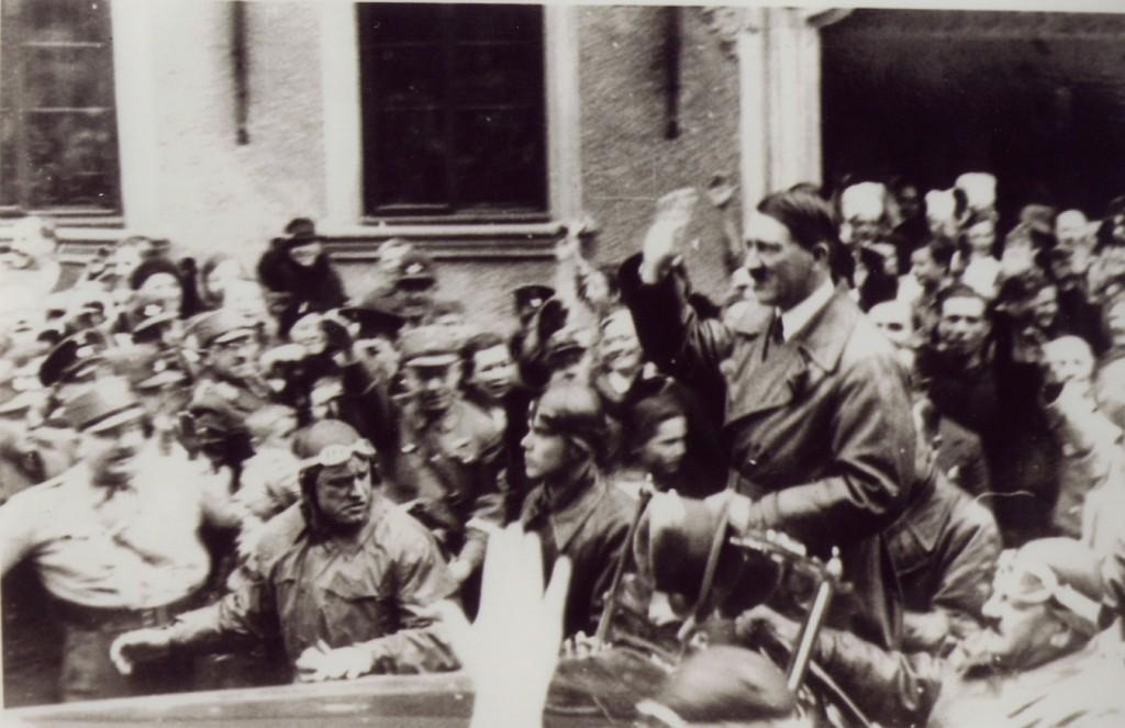 Adolf Hitler vor dem Hotel Eisenhut in Rothenburg ob der Tauber