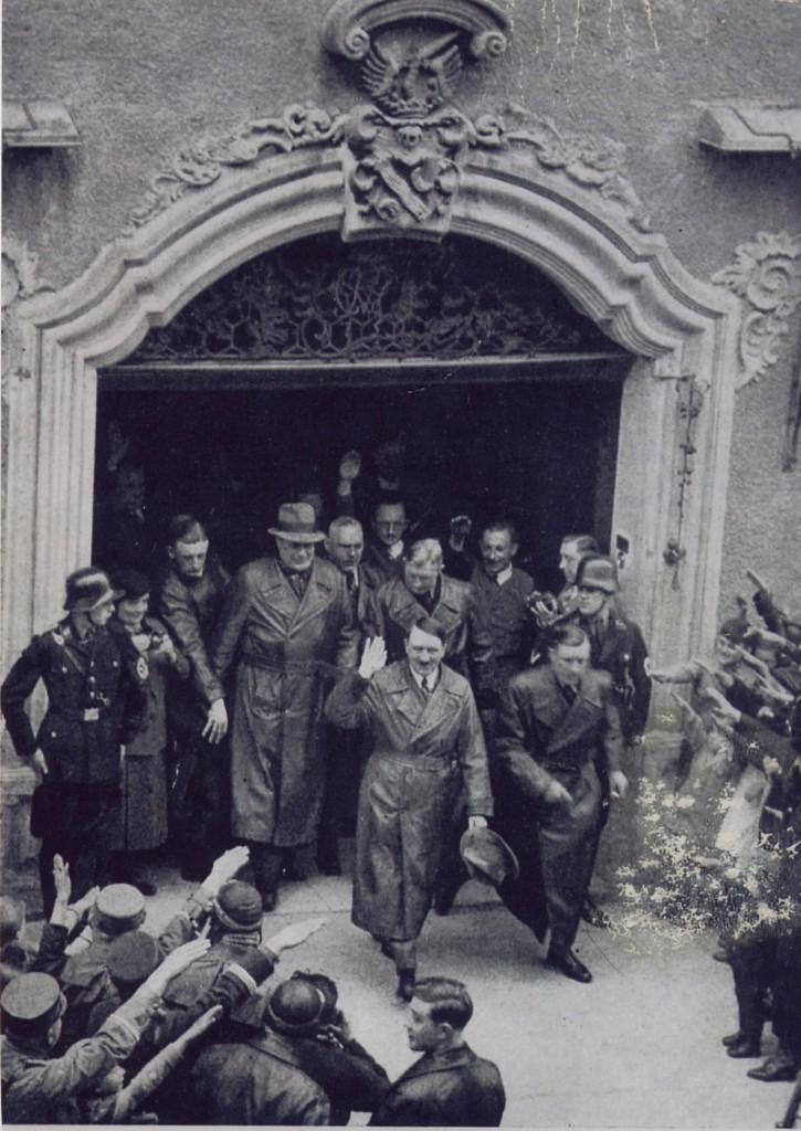 """Hitler am 16. April 1935 vor dem Hotel """"Eisenhut"""". Ob Josef Gerum auf dem Bild zu sehen ist, ist nicht bekannt"""