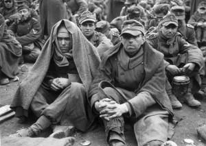 Deutsche Kriegsgefangene warten auf den Abtransport (17. April 1945); Foto: Keystone