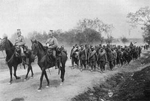 Deutsche Ulanen führen 1917 russische Soldaten in die Gefangenschaft