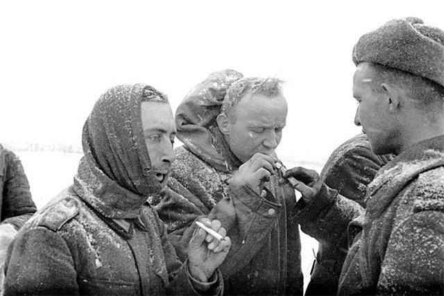 Deutsche Kriegsgefangene mit russischem Bewacher