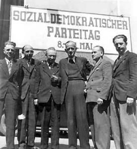 Karl Schumacher (Mitte) auf dem Parteitag Hannover 1946