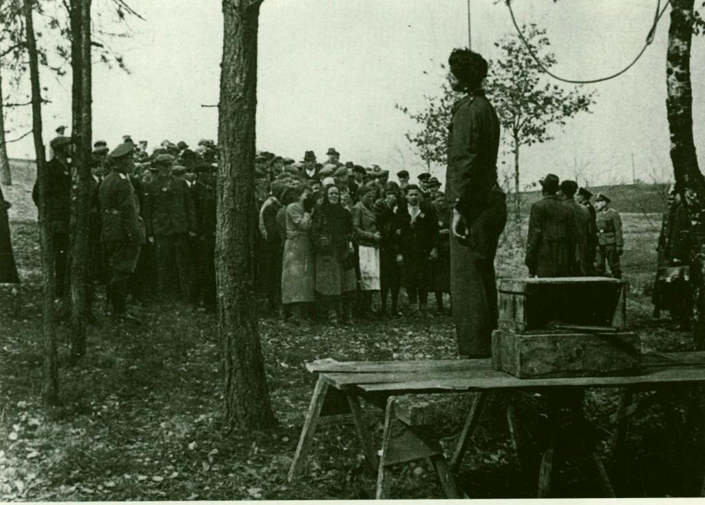 Landsleute von ihm mussten zur Abschreckung zusehen; rechts sind Gestapo-Beamte zu erkennen.