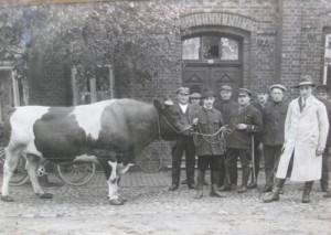 Typische Foto-Darstellung einer Viehhändlerfamilie mit Angestellten